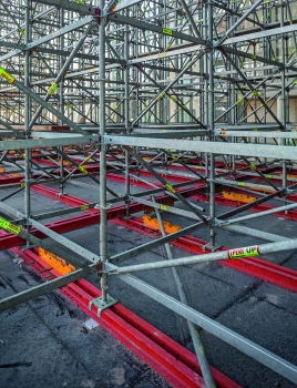 The shoring is positioned on floating supports to ensure seismic safety during construction. For load distribution, the planning concept uses rentable steel components from the PERI product range.