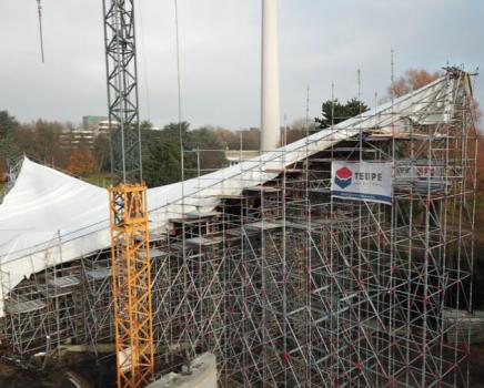 Gerüst zur Sanierung des Sonnensegels: Das Sonnensegel im Dortmunder Westfalenpark hat die Form eines Paraboloids, d. h. einer gekrümmten Fläche, deren Schnitte parallel zur Mittelachse Parabeln ergeben.