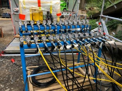 Hydraulikpumpe für 26 Hydraulikpressen: Die Hydraulikpressen wurden über ein computergesteuertes Wegemesssystem synchron angesteuert. Die Zuleitung erfolgte über die abgebildete Hydraulikpumpe.