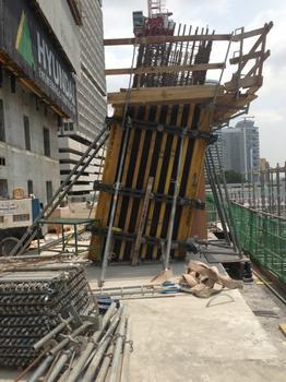 Mit der flexiblen Trägerschalung Top 50 werden die schrägen Säulen geschalt.