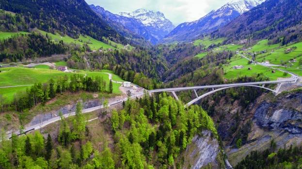Taminabrücke : Die Taminabrücke ist die größte Bogenbrücke der Schweiz und eine der größten in Europa.