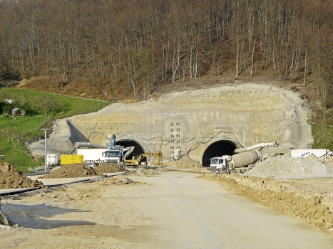 Works at the entrance of a double tube tunnel