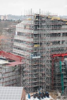 Beim Bau des Zentralgebäudes kommen 800 t Modulgerüst zum Einsatz.