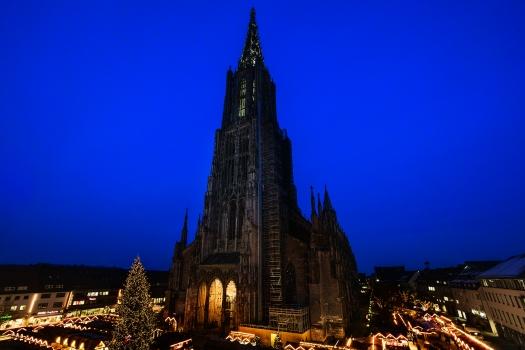 Am Fuße des imposanten, 161,53 m hohen Münsters findet alljährlich der Ulmer Weihnachtsmarkt statt.