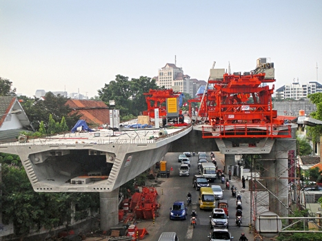The elevated highways were constructed using the balanced cantilever method.