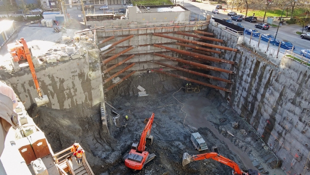 The Vancouver House required a 24.4 m deep excavation that was stabilized by a shotcrete anchored wall. In the area on the south side, the use of anchors was not permitted. So the excavation was stabilized here by horizontal girders that were diagonally braced at the corners (top side of the picture).