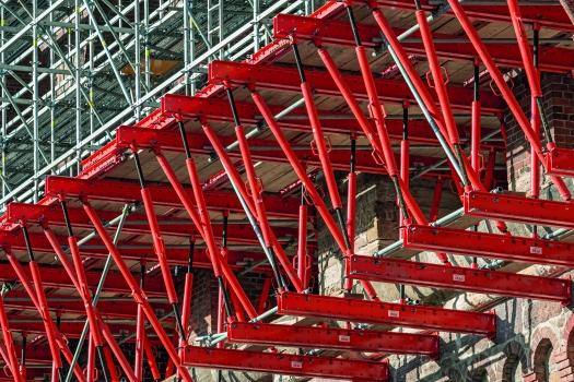 96 Fachwerke auf 173 m Länge : Jeweils drei 15 m lange Fachwerke bilden das temporäre Tragwerk innerhalb eines Brückenbogens. Bei 32 Bögen sind auf 173 m Länge 96 solcher Fachwerke montiert.