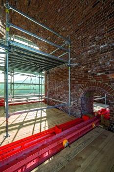 Brückengewölbe : Das projektspezifisch maßgeschneiderte Tragwerk innerhalb der jeweils 3,50 m spannenden Brückengewölbe wird mit mietbaren Systembauteilen gebildet.