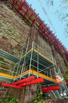 Hängegerüst : In den Hangbereichen wurde mangels Gründungsmöglichkeiten das Fassaden- als Hängegerüst ausgeführt.
