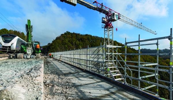Züge können weiter verkehren : Die aufwendigen Sanierungsarbeiten am Gleistragwerk in 40 m Höhe finden wechselseitig statt, bei Aufrechterhaltung des Zugverkehrs.