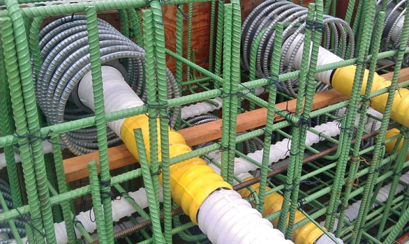 Die Spannglieder verlaufen in gerippten Hüllrohren aus Polypropylen und sind mit permanenten, glasfaserverstärkten Polymer-Injektionskappen versehen.
