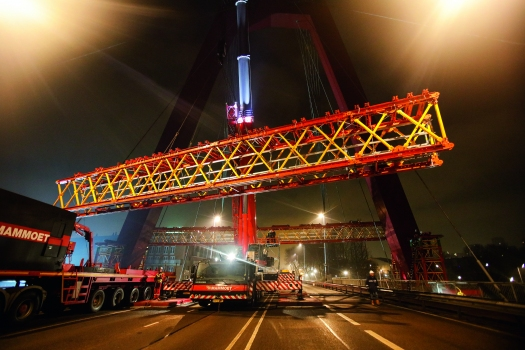 40 m of carriageway bridging: overnight, the 21 m long, pre-assembled truss girder units were lifted and coupled to shoring towers using a mobile crane. At 6 o'clock, the bridge could be re-opened for traffic.