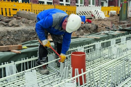 ComBAR-Bewehrungsstäbe werden mit der Handsäge zugeschnitten.