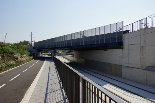 Eisenbahnüberführung über die Straßenbahnlinie D