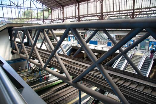 Eisenbahnüberführung im Bahnhof Principe Pío