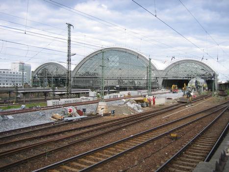 Blick von Westen auf die Hallenfront des Dresdener Hauptbahnhofes