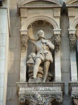 Statue von Jean Goujon, die sich in der Fassade des Hôtel de Ville in Paris befindet