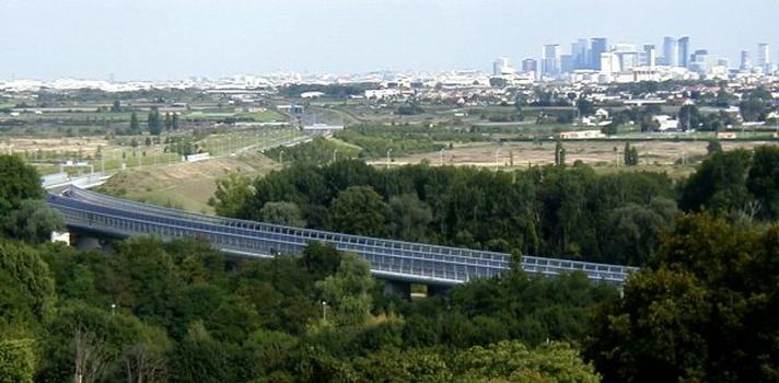Autoroute A14, der Viadukt von Mesnil-le-Roi und La Défense