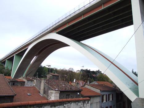 A47 - Pont en arc de Rive-de-Gier - Un pont au-dessus d'une ville