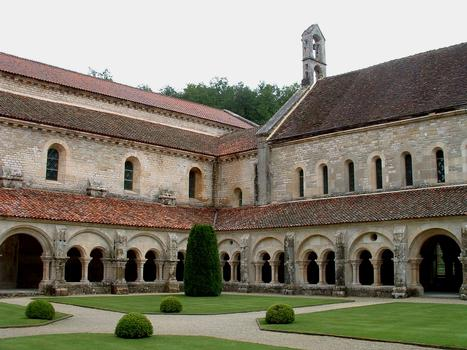 Abbaye de FontenayCloître côté abbatiale