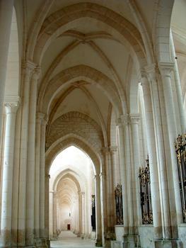 Abbaye de Pontigny - Déambulatoire - Vue vers la nef