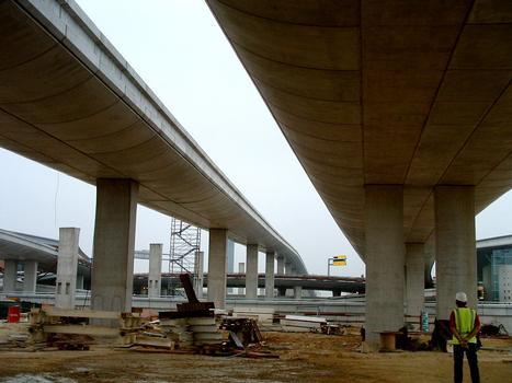 Roissy-en-France - Aéroport Charles-de-Gaulle - Viaduc central - Dernier maillon - Le premier tablier est réalisé, seules les piles du second sont construites