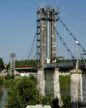 Passerelle piétons suspendue sur la Garonne à Agen en cours de restauration