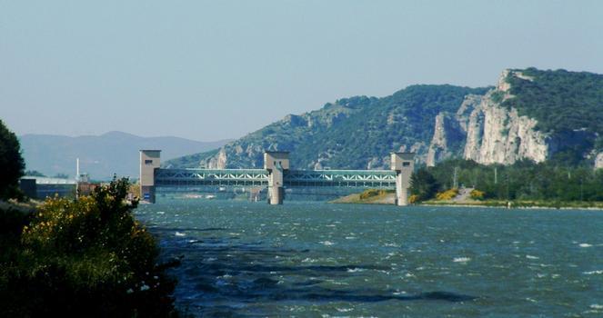Aménagement hydroélectrique de Donzère-Mondragon - Barrage de garde de Donzère à l'entrée du canal de dérivation. On voit à l'arrière-plan le pont suspendu de Donzère