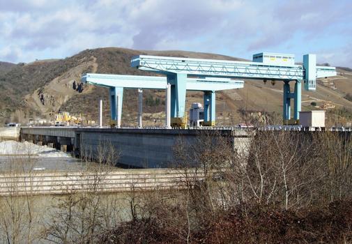 Barrage, centrale hydroélectrique et écluse de Vaugris sur le Rhône - Ensemble vu de l'aval