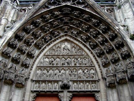 Cathédrale Saint-Etienne à Auxerre.Tympan du portail saint Etienne