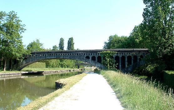 Der Vanne-Aquädukt kreuzt den Loing-Kanal in Moret-sur-Loing