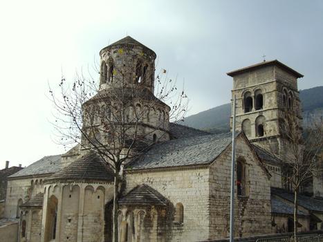 Cruas - Ancienne abbatiale bénédictine Sainte-Marie - L'ensemble vu du chevet