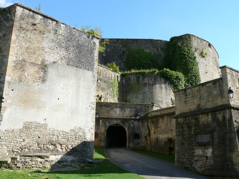Château-fort de Sedan - Remparts et entrée du château vers la place du Château