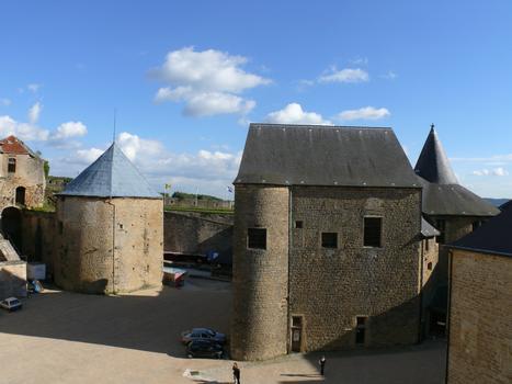 Château-fort de Sedan - A gauche, le donjon et la tour de l'Est. A droite, le bâtiment des cuisines et de la chapelle castrale, plus loin la Grosse-tour construite autour de la Petite-tour