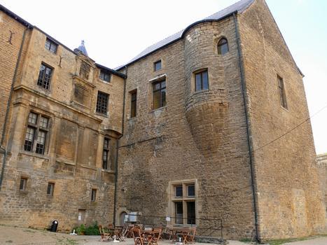Château-fort de Sedan - A gauche, le pavillon Renaissance englobé dans les logis princiers. A droite, le bâtiment des cuisines et de la chapelle castrale