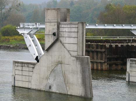 Barrage de Givet (barrage des Quatre Cheminées) - Pile sans vérin pour relevage des clapets. A l'aval, une partie de la passerelle est posée