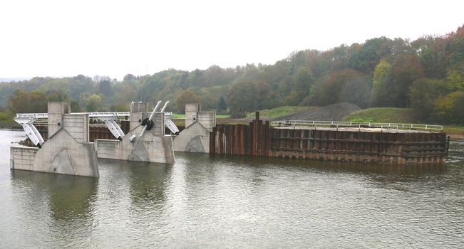 Barrage de Givet (barrage des Quatre Cheminées) - Les passes de la première moitié du barrage et le batardeau central après sa mise en eau