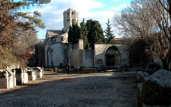 Arles - Eglise Saint-Honorat-des-Alyscamps - L'église et l'allée des sarcophages, reste de la nécropole paléochrétienne