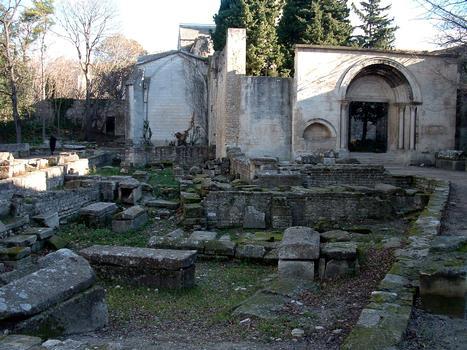 Arles - Eglise Saint-Honorat-des-Alyscamps - L'entrée de l'église et la nécropole