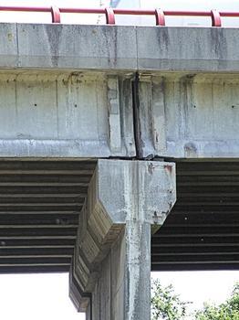 Autoroute A13 - Viaduc de Tourville - Tablier en poutres précontraintes isostatiques de type VIPP - Joint au droit d'une pile