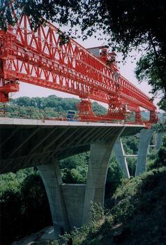 Autoroute A29 - Viaduc de Rogerville : Construction en encorbellement symétrique en voussoirs préfabriqués à l'aide d'une poutre de lancement