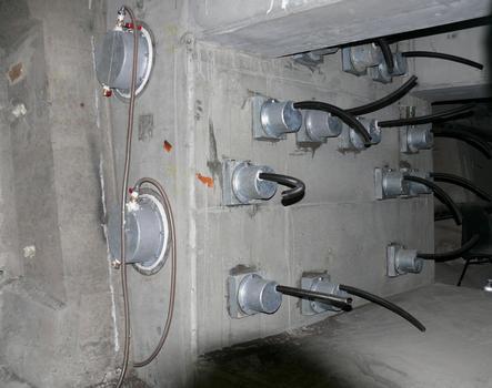 Autoroute A4 - Viaduc de Woippy - Réhabilitation des tablier: mise en place d'une précontrainte additionnelle externe en câbles 19T15S - Bloc d'ancrage pour 2 câbles 19T15S contre une âme du tablier, tenu à l'aide de barres de précontrainte