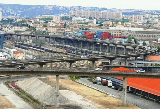 La bretelle du viaduc d'Arenc au premier plan et l'autoroute A55 au second plan