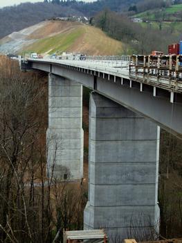 Autoroute A89 - Viaduc de Ribeyrol - Bétonnage des longrines servant à ancrer les barrières de sécurité. Les consoles de la charpente métallique sont dermées par des tôles aux abouts