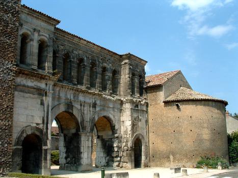 Autun - Porte Saint-André - Façade côté campagne avec une des tours transformée en église
