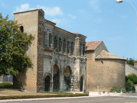 Autun - Porte Saint-André - Façade vers la campagne. Tour transformée en temple