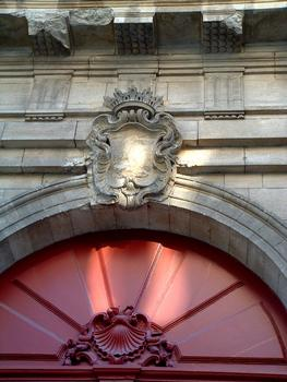 Avignon - Chapelle Saint-Charles-de-la-Croix (ancien séminaire), rue Saint-Charles - Portail d'entrée du séminaire - Détail de la décoration
