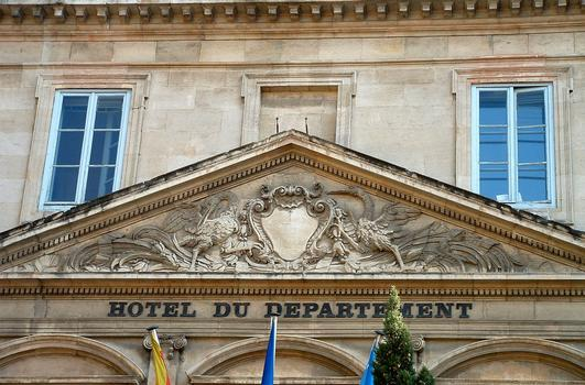 Avignon - Hôtel Desmarets de Montdevergues, hôtel du Département, place de la Préfecture - Façade sur la place - Détail de la décoration du fronton