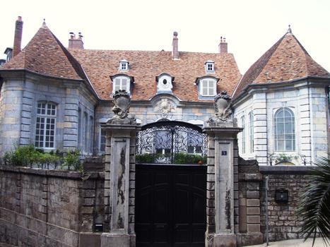 Besançon - Hôtel Boitouset - Vu du portail de la cathédrale