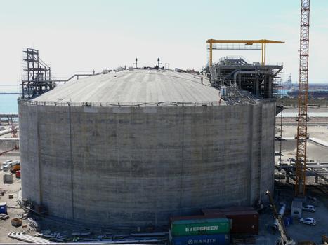 Réservoirs de gaz natuel liquéfié (GNL) du terminal méthanier de Fos-Cavaou